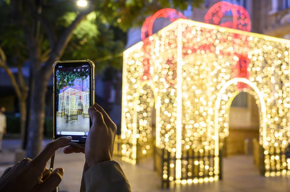 Una 'Caja de Luz' ilumina la Plaza del Educador de Almería para dinamizar el comercio