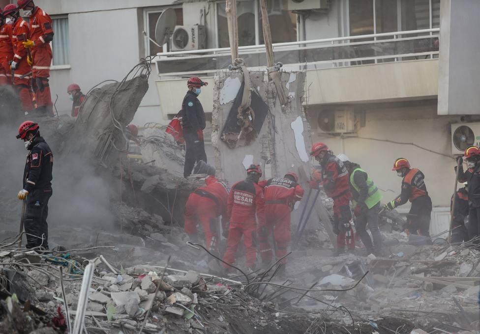Los servicios de emergencia trabajando en labores de rescate tras el terremoto de Turquía