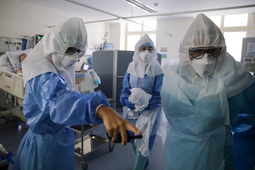 Foto de archivo de profesionales sanitarios atendiendo una zona de coronavirus - FOTO: EFE / Tiago Petinga