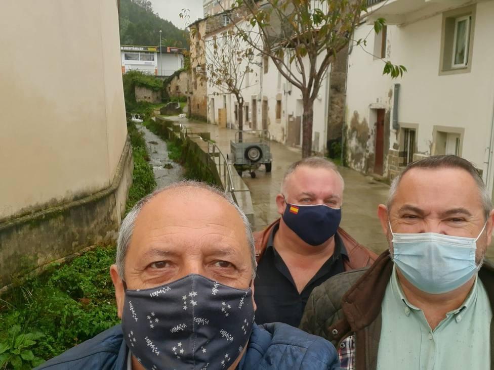 Los populares mariñanos Óscar Rodríguez, José Soto y José Manuel Balseiro en el barrio viveirense de Xunqueira