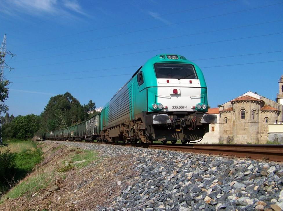 Foto de archivo de un tren de mercancias a su paso por O Couto, en Narón - FOTO: Alejandro Martínez
