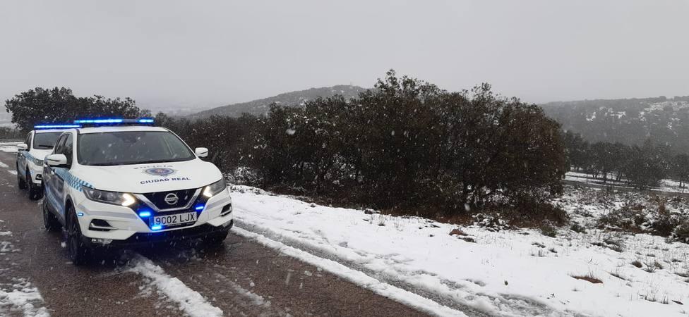 Vehículos de la Policía Local de Ciudad Real durante la nevada
