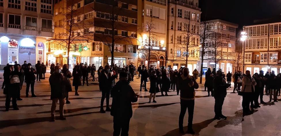 Concentracion de hosteleros, ocio nocturno y cultura a la puertas del Ayuntamiento de Ferrol - FOTO: Cedida