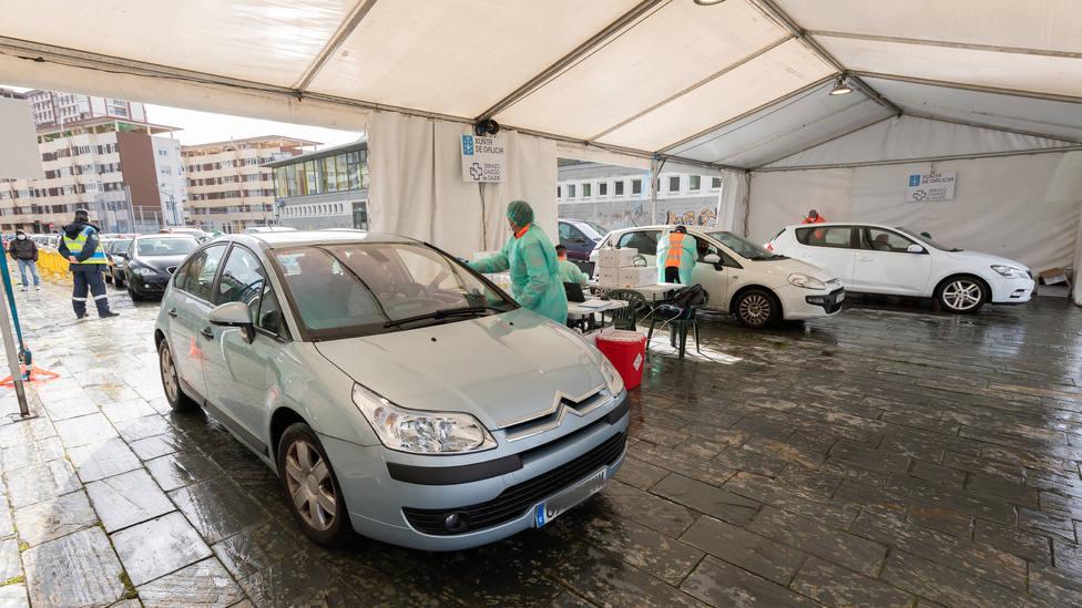 Varias personas aguardando en sus vehiculos para recoger los test - FOTO: César Galdo