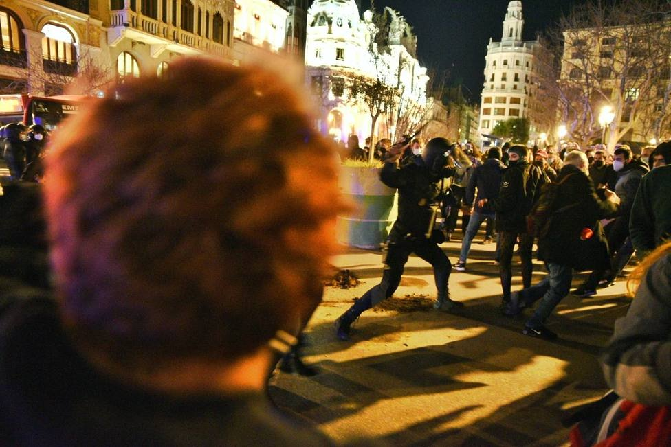 Graves disturbios y quema de contenedores en Cataluña y Valencia por la detención de Pablo Hasél