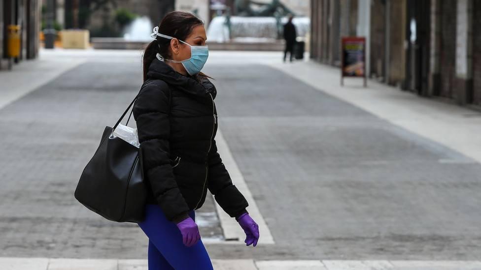 mujer paseando con mascarilla