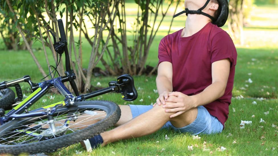 Foto de archivo de un ciclista tendido en el suelo tras sufrir una caida