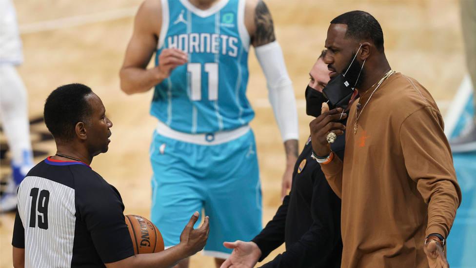 LeBron James y el entrenador de Los Angeles Lakers, Frank Vogel, protestan ante uno de los árbitros