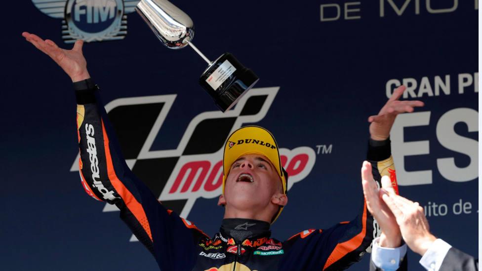 Pedro Acosta, en lo más alto del podio de Moto3 en el Gran Premio de España, en el circuito de Jerez. EFE