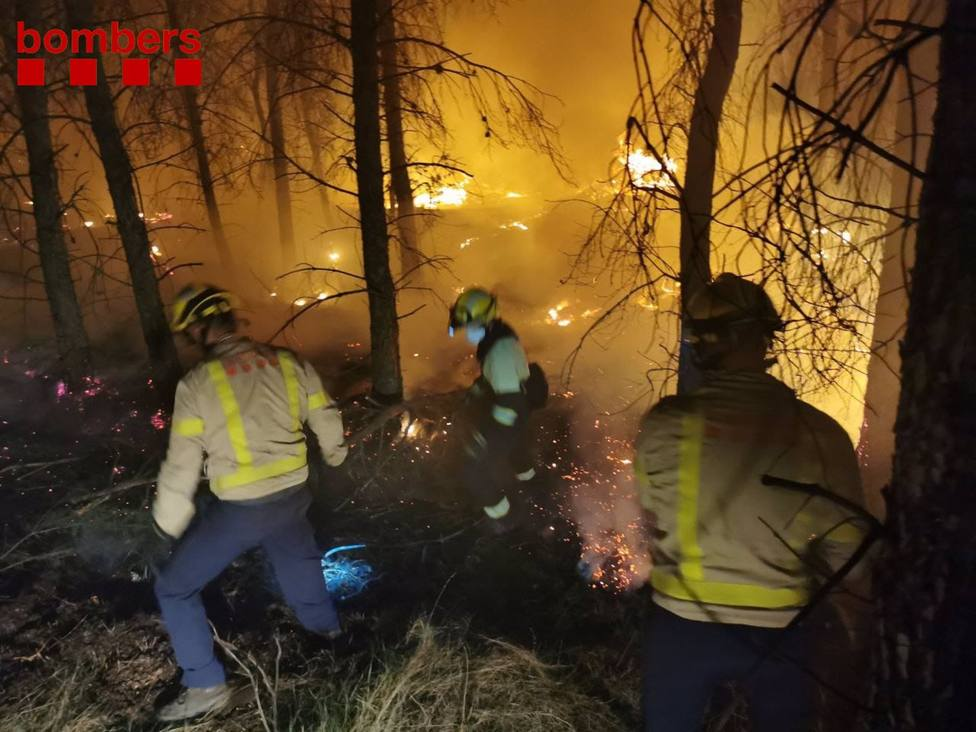 Foto de archivo de una actuación de los Bombers de la Generalitat para apagar un incendio en Lleida.