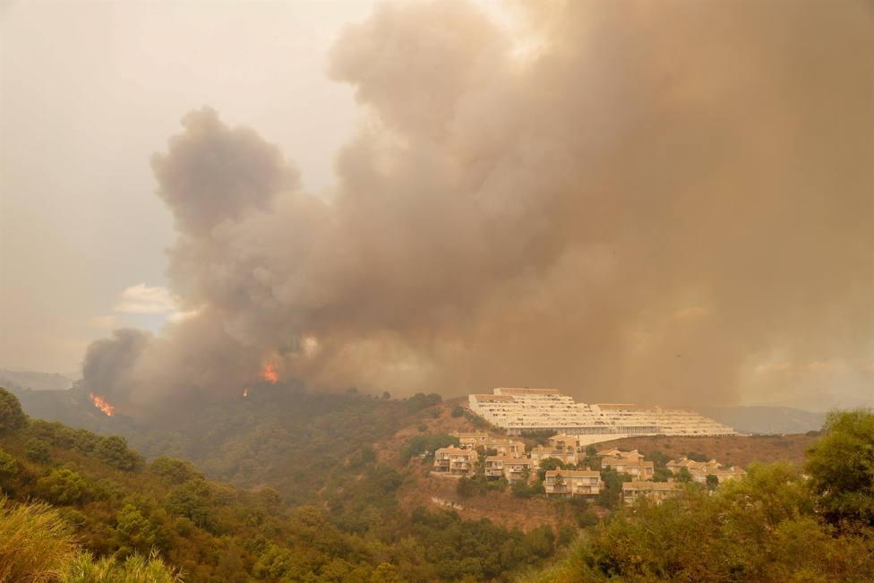 Cinco medios aéreos más y 22 efectivos para refuerzo se incorporan al incendio de Sierra Bermeja