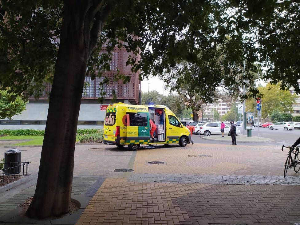 Fallece un trabajador en Córdoba al caerle un cristal encima desde un camión