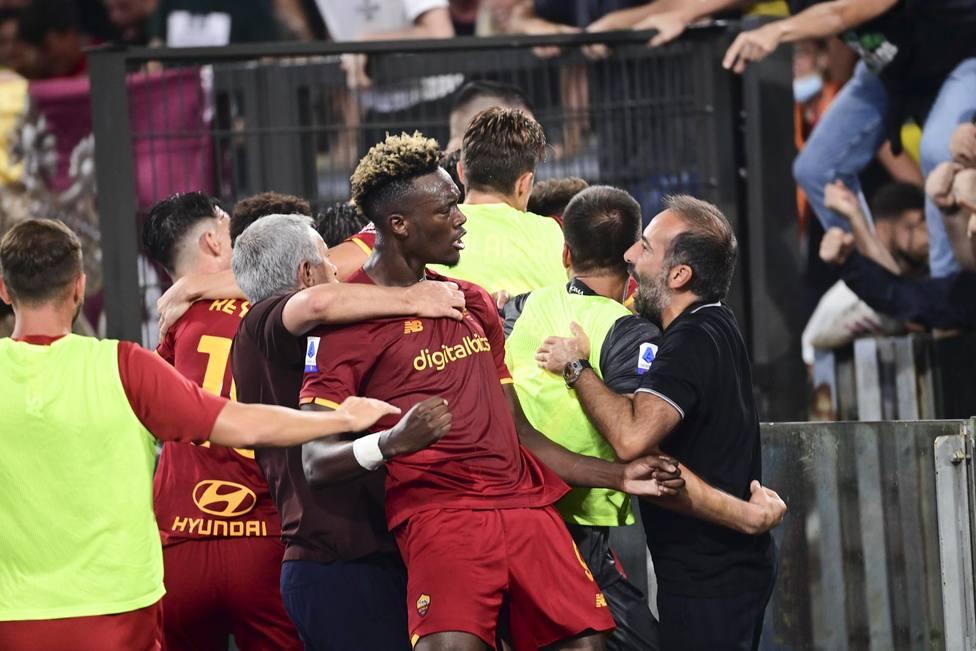 Los jugadores de la Roma celebran la victoria