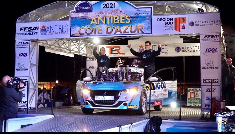 Édgar Vigo y Fátima Ameneiro en el podio de la prueba francesa - FOTO: Cedida