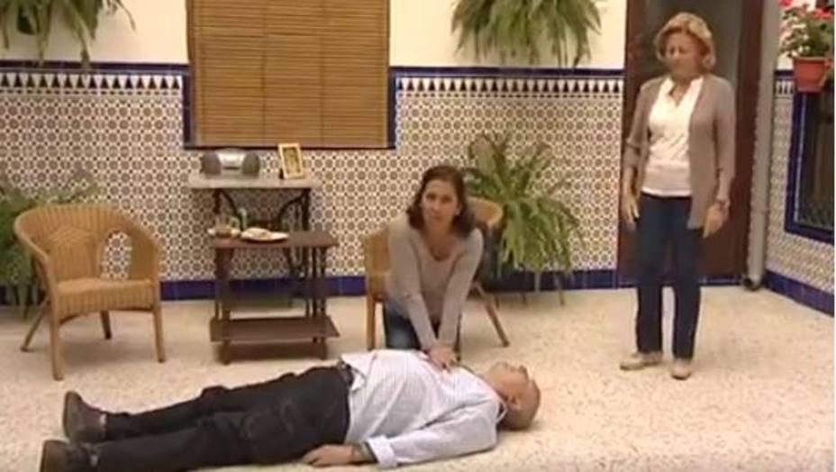 Trini haciéndole el masaje cardiaco a su marido