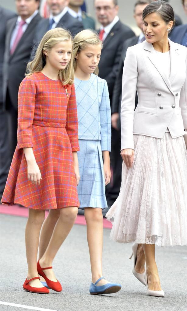 Princesa Leonor e infanta Sofía junto a la reina Letizia