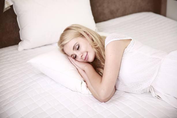 Es una realidad: trabajar de probador de almohadas por 1.200 euros al mes