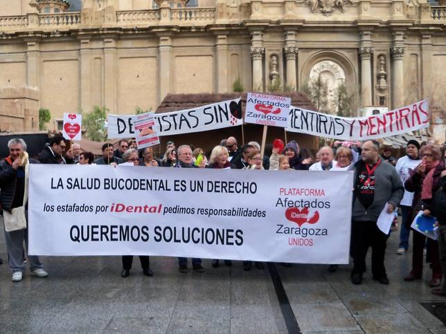 Más de un centenar de afectados de iDental realizan una performance en la Plaza del Pilar