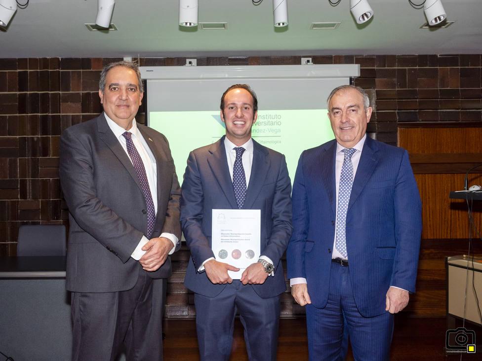 El profesor Jesús Merayo y el Dr. José Alfonso, directores de la tesis con el Dr. Andrés Fernández-Vega
