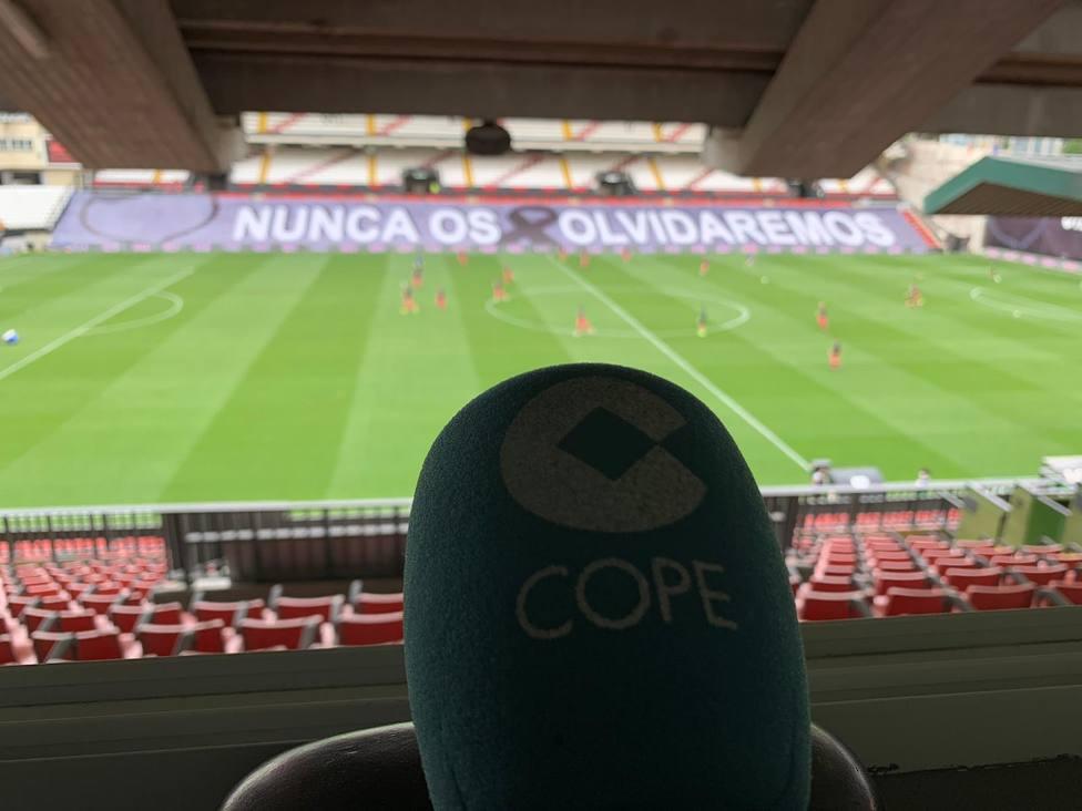 El estadio de Vallecas rinde homenaje a los fallecidos por coronavirus