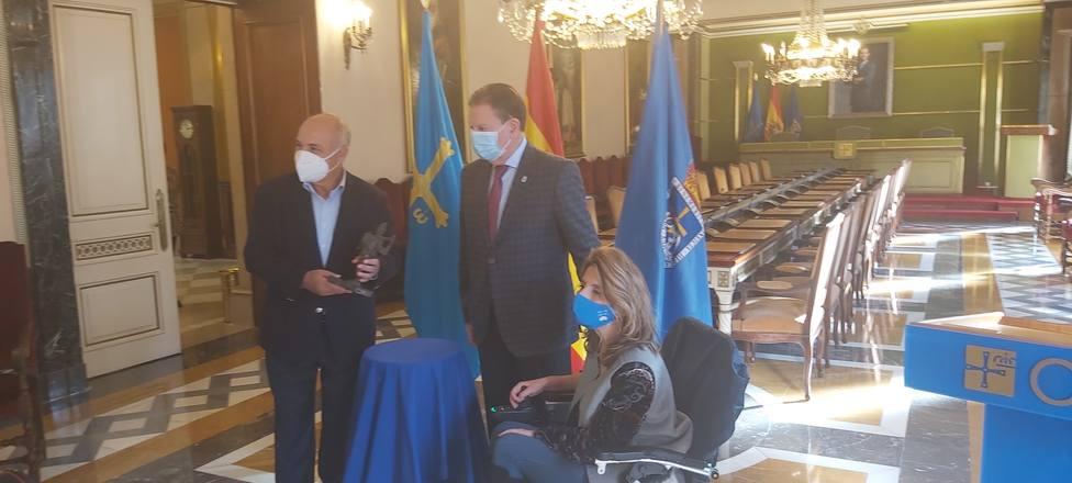 Joaquín Pixán recibe el Premio de manos del alcalde de Oviedo