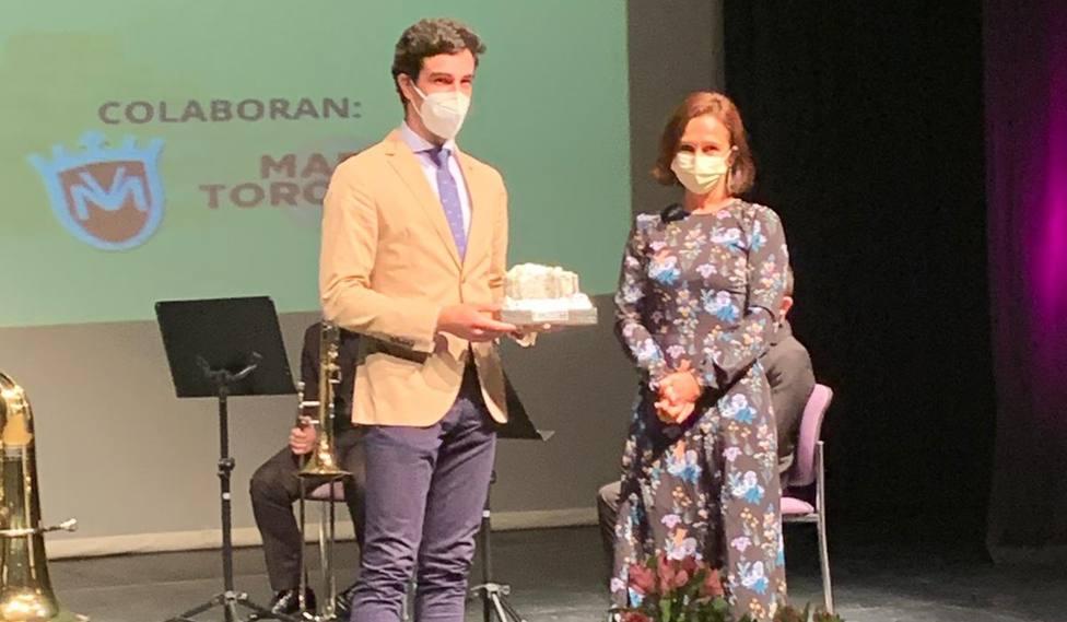 Tomás Rufo recogiendo uno de los dos galardones en Herrera del Duque (Badajoz)