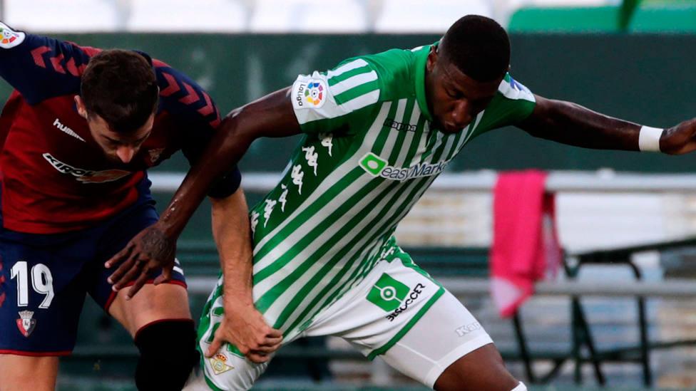 Emerson Royal disputa un balón con el Betis en un partido de LaLiga Santander. EFE