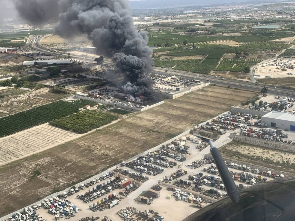 Sucesos.- Emergencias trabaja en la extinción del incendio declarado en el interior de un desguace en Molina de Segura
