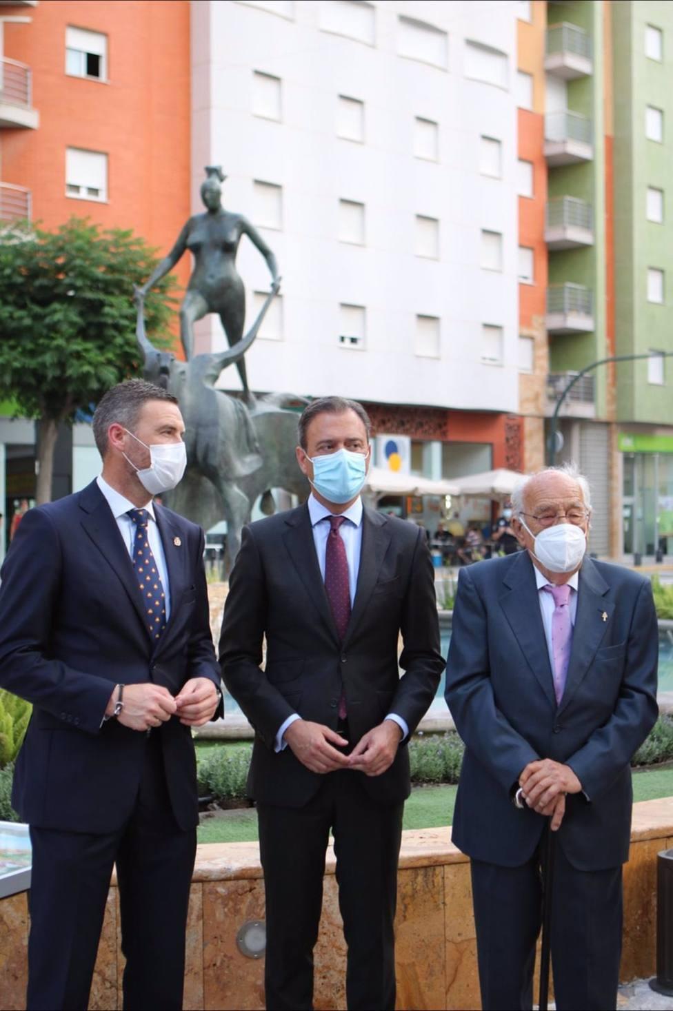 La escultura El rapto de Europa luce ya en el acceso principal a Caravaca