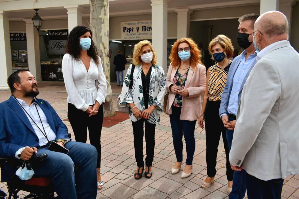 Representantes instituciones en su visita a stands sociosanitarios