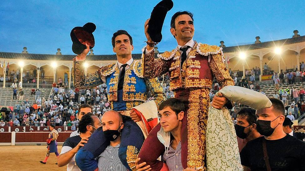 Rubén Pinar y Sergio Serrano en su salida a hombros este martes en Albacete