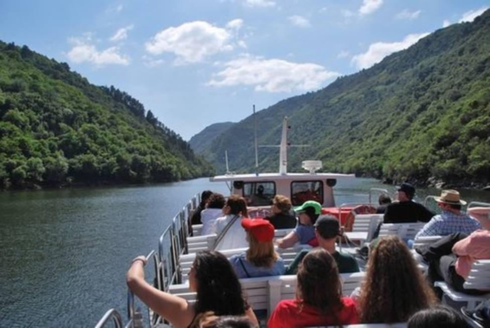 Catamarán realizando una ruta fluvial por la Ribeira Sacra