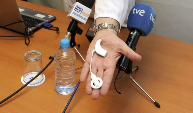 La parte externa del implante coclear más pequeño del mundo. EFE