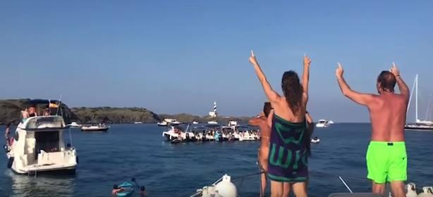 """Abuchean a Artur Mas mientras navegaba en barco por Menorca: """"¡Fuera, fuera, ladrón!"""""""