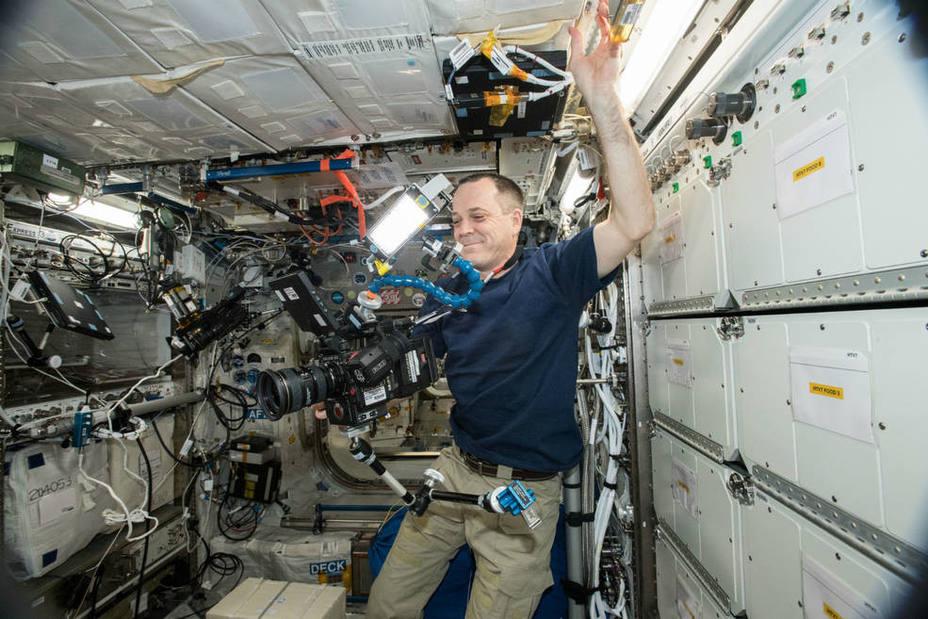 El astronauta Ricky Arnold con la cámara 8K que llegó a la Estación Espacial Internacional
