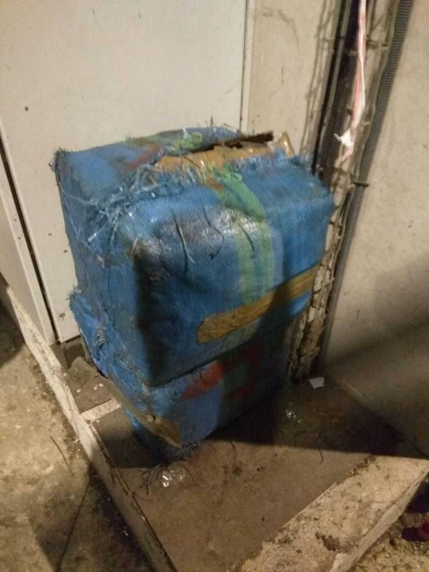 Los empleados del vertedero de Limusa detectan dos fardos de hachís de 30 kilos.