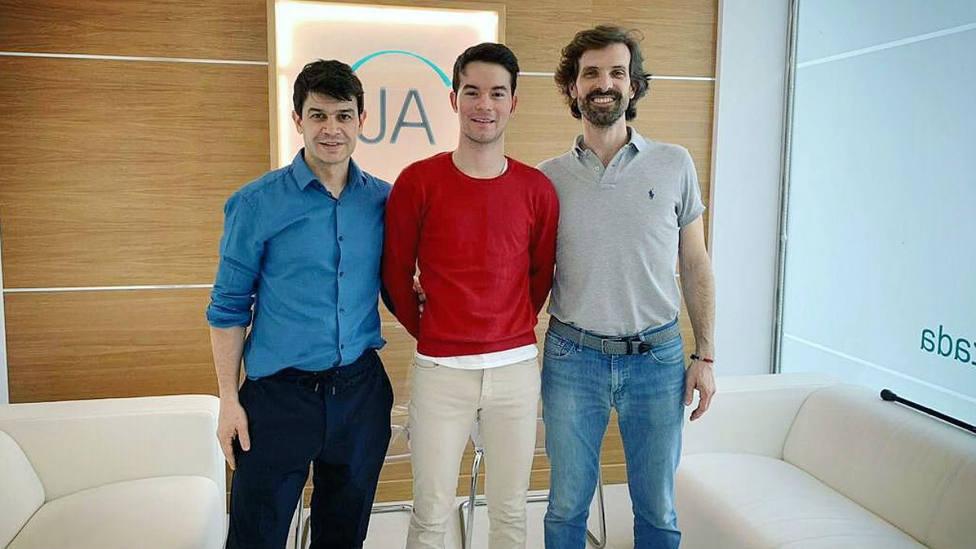 Manolo Vanegas, en el centro de la imagen, junto a sus rehabilitadores Luis Sánchez y Javier Alonso