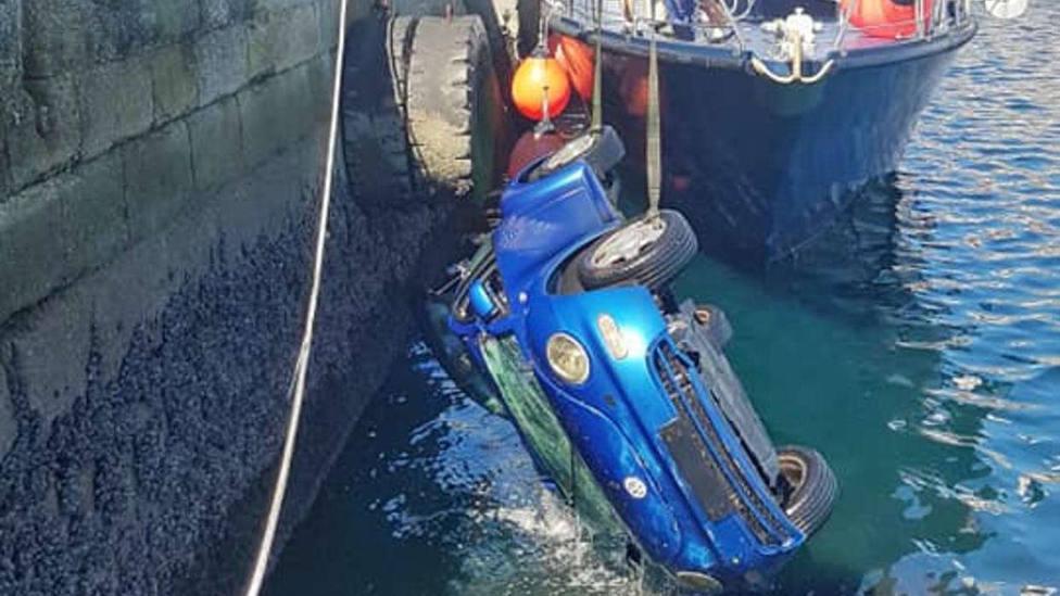 El coche cayó al agua en la zona de A Palloza (imagen: Manuel Candal)