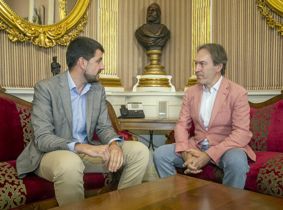 El alcalde en funciones de Burgos, David Jurado, se reúne con el artista Rubén Amoretti para conocer sus nuevo