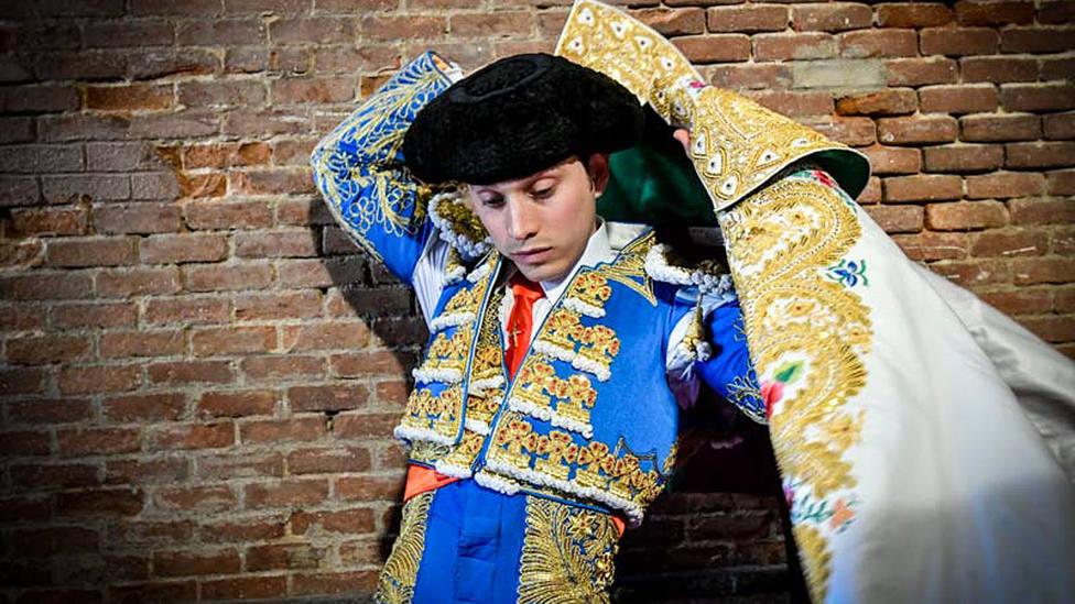 Sebastián Ritter liándose el capote de paseo antes de uno de sus últimos paseíllos en Las Ventas