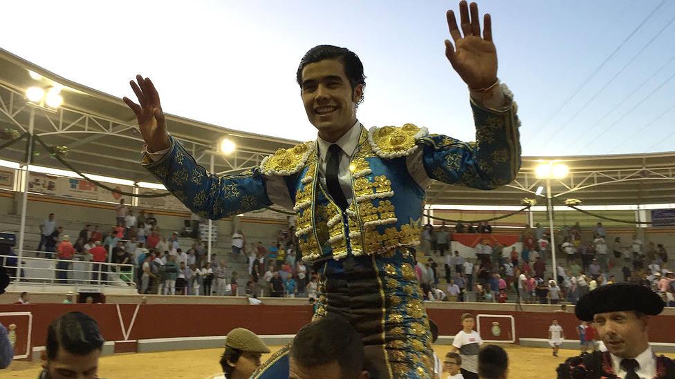 Diego San Román en su salida a hombros el pasado jueves en Villaseca de la Sagra