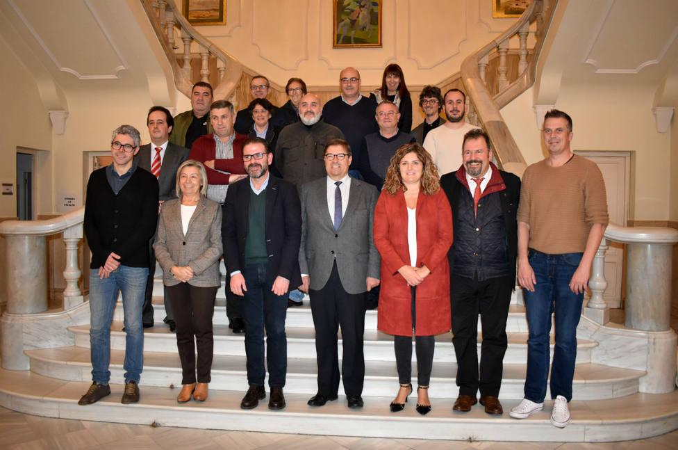 Representantes de la Universidad de A Coruña y de los municipios de la comarca tras la firma
