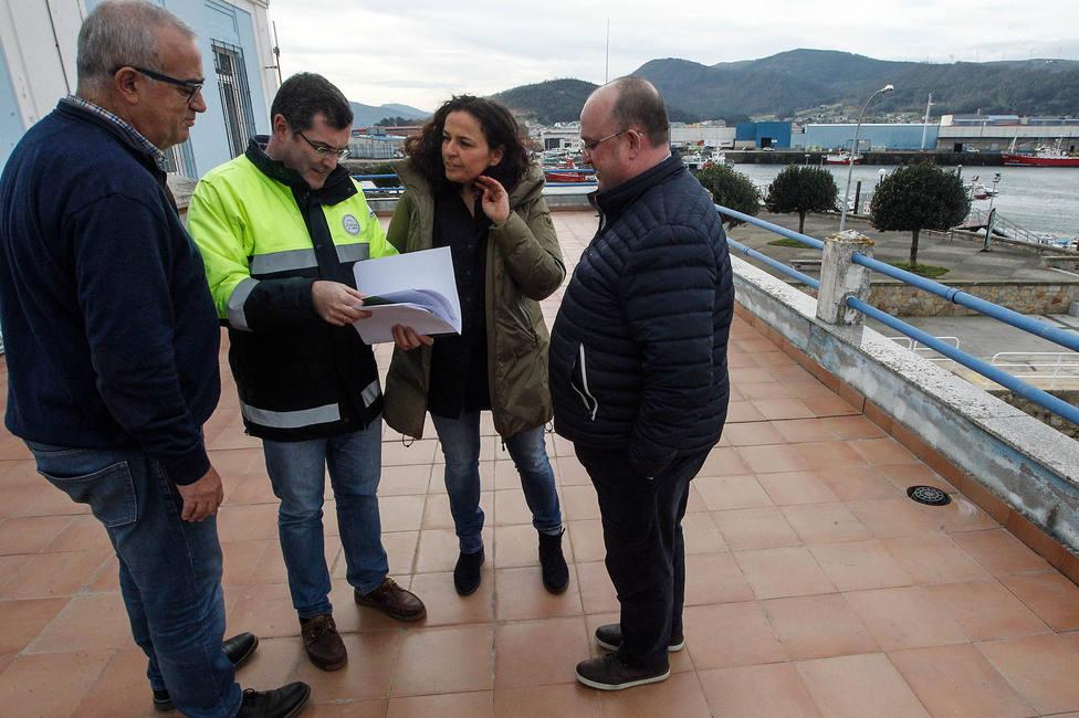 La presidenta de Portos de Galicia, Susana Lenguas, junto a representantes de la cofradía de Celeiro