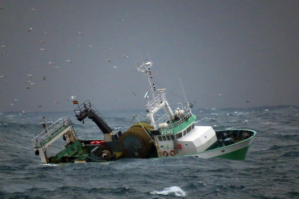 Foto de archivo de un barco de pesca en nuestras costas ante un temporal - FOTO: José R. Montero
