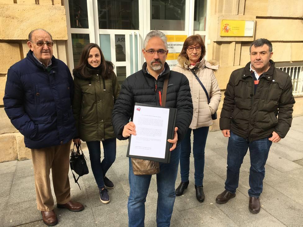 La plataforma Soria Ya entregando un escrito en la subdelegación del Gobierno en Soria