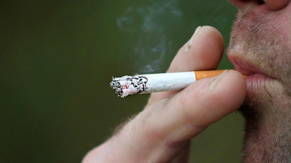 ¿Puede el fumar proteger del COVID-19?