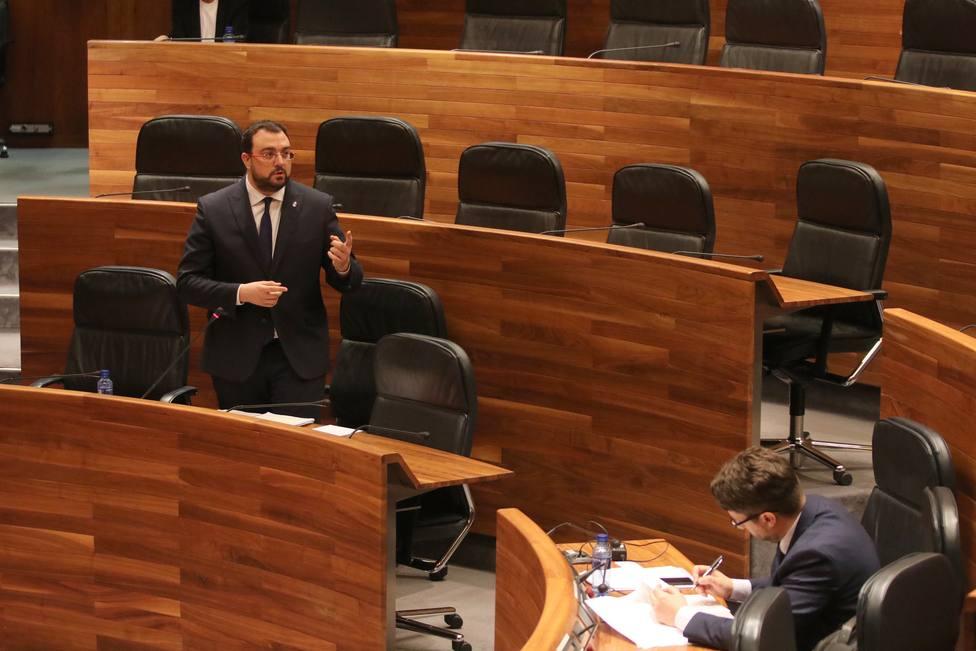 Adrián Barbón, en un pleno semipresencial en el parlamento asturiano