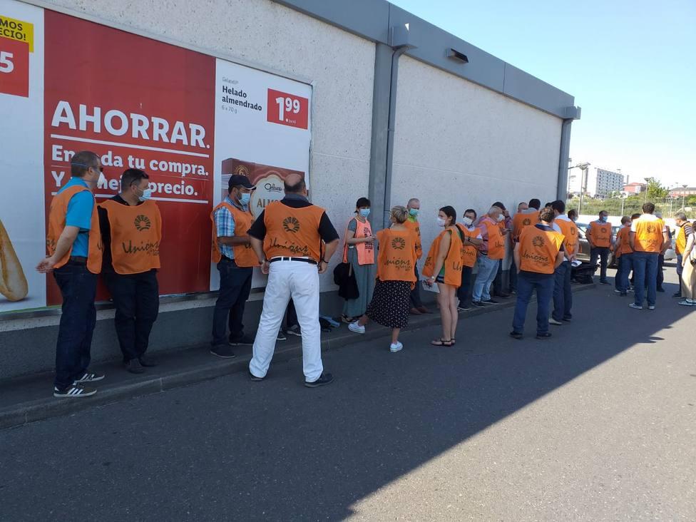 UU.AA protesta en Lugo ante un hipermercado por el bajo precio de la carne en origen