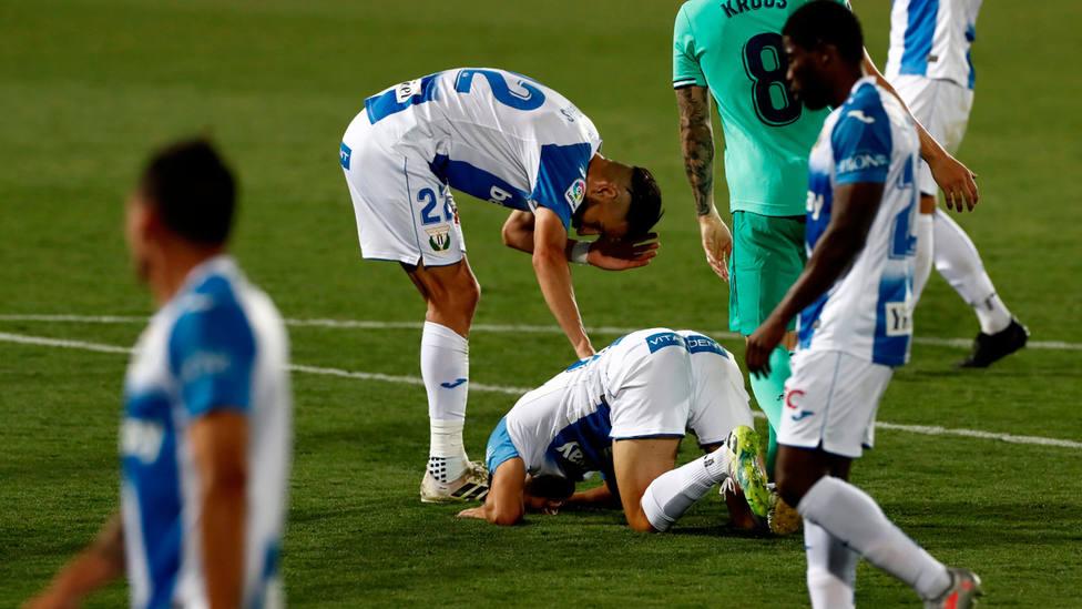 Los jugadores del Leganés, tras consumar el descenso a Segunda División. EFE