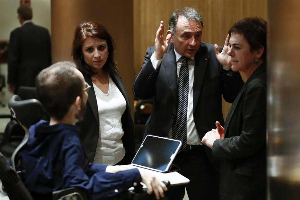 La portavoz socialista, Adriana Lastra, conversa con el portavoz de Unidas Podemos, Pablo Echenique